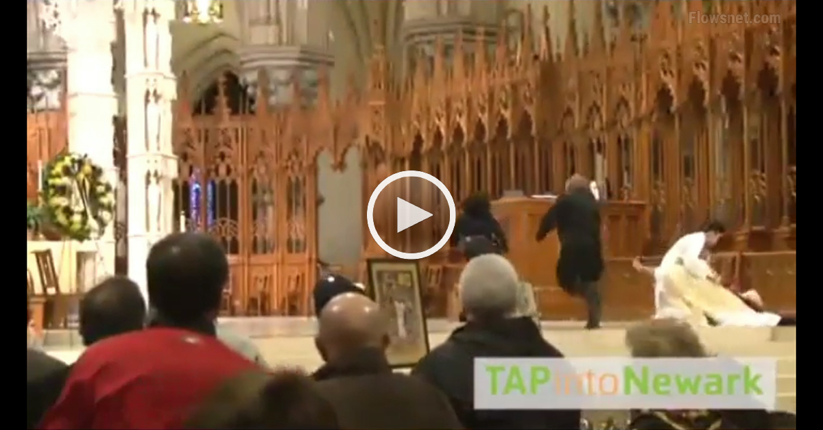 VIDEO: Vīrietis iesit bīskapam atceres pasākuma laikā